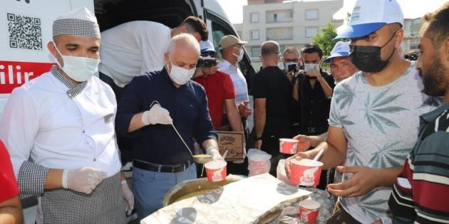 Başkan Gültak'tan kurbanlık için gelen vatandaşa çorba ikramı