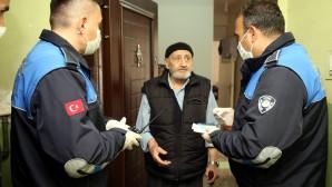 Akdeniz Belediyesi zabıta ekipleri yaşlıların hizmetinde