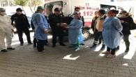 Sağlık çalışanlarından polise sürpriz kutlama