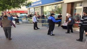 Polisler vatandaşları sosyal mesafe konusunda uyardı