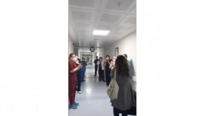Korona virüsü yenen hemşire alkış ve gözyaşlarıyla hastaneden ayrıldı