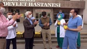 Sağlık çalışanlarına limonlu, alkışlı moral