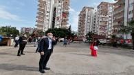 Akdeniz'de sokağa çıkamayan çocuklara sürpriz kutlama