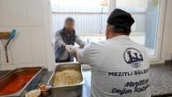 Mezitli Belediyesi evden çıkamayana yemek dağıtıyor