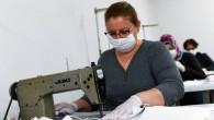Gönüllü kadınlar vatandaşa maske üretiyor