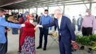 Başkan Gültak pazarda maske, eldiven ve dezenfektan jel dağıttı