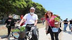 Başkan Tarhan, 'Anneler Günü'nde bisikletle çiçek dağıttı
