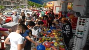 Çocuklar ücretsiz oyuncak için mağazaya akın etti