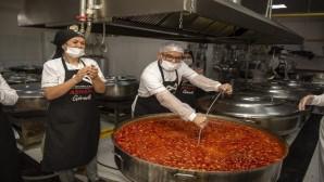 Büyükşehir Belediyesinin aşhanesinde kazanlar aşkla kaynıyor