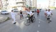 Belediye başkanı bisikletine atladı, sokak sokak gezip maske dağıttı