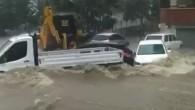 Adana'da sel suları araçları sürükledi