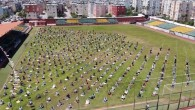 Futbol sahasında sosyal mesafeli cuma namazı