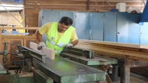 Erdemli Belediyesi kent mobilyasını kendi üretiyor