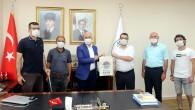 Engelli Kooperatifinde üretilen ilk bez çantalar Başkan Gültak'a hediye edildi