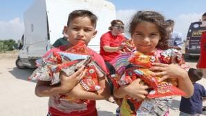 Mezitli'de çocukların karne hediyesi şekerleme ve cips