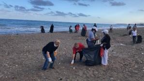 Vatandaş ile belediye çalışanları el ele sahili temizledi