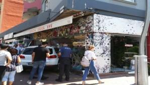 Otomobil çiçekçi dükkanına daldı