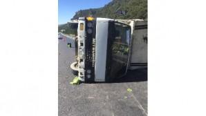 Tarsus'ta sebze yüklü kamyon devrildi: 2 yaralı