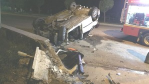 Beton direğe çarpan otomobilin sürücüsü yaralandı