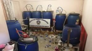 Kaçak içki üretmek için evi mini fabrikaya çevirmiş