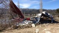 Şiddetli rüzgar yaylada bir evi yıktı, 10 ev hasar gördü