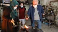 Başkan Gültak, ödüllü demirci ustası kadını atölyesinde ziyaret etti