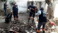 Terk edilmiş evden, 4 römork çöp toplandı