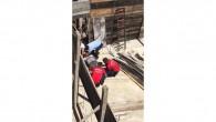 Başına kereste düşen işçi ağır yaralandı