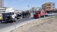 Tarsus'ta tır devrildi sürücüsü yaralandı