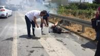 Alevler arasında kalan araçtan yanarak çıktı