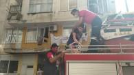 Yangında mahsur kalan 2 çocuk kurtarıldı