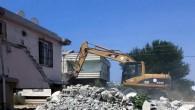 Akdeniz'de bir metruk bina daha yıkıldı
