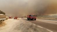 Mersin-Antalya yolu kapandı, yangın yerleşim yerlerini tehdit ediyor