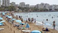 Plajlar tatilcilerin akınına uğruyor