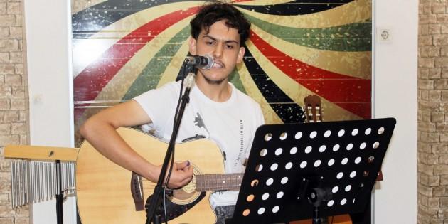 Genç şarkıcı, sesiyle dinleyenleri büyüledi