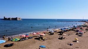 Hava sıcaklığı 33 dereceyi buldu, tatilciler Kızkalesi'ne akın etti