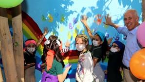 Başkan Gültak, kız çocuklarla duvar boyadı, resim yaptı